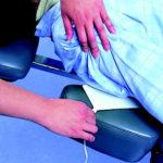 Способ размещения многоразовой антенной пластины «под пациентом, под тканью или подкладкой перпендикулярно операционному полю»